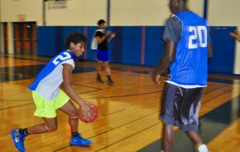 Artez Taft, varsity freshmen, and Jah Joyner, varsity junior, practice together.