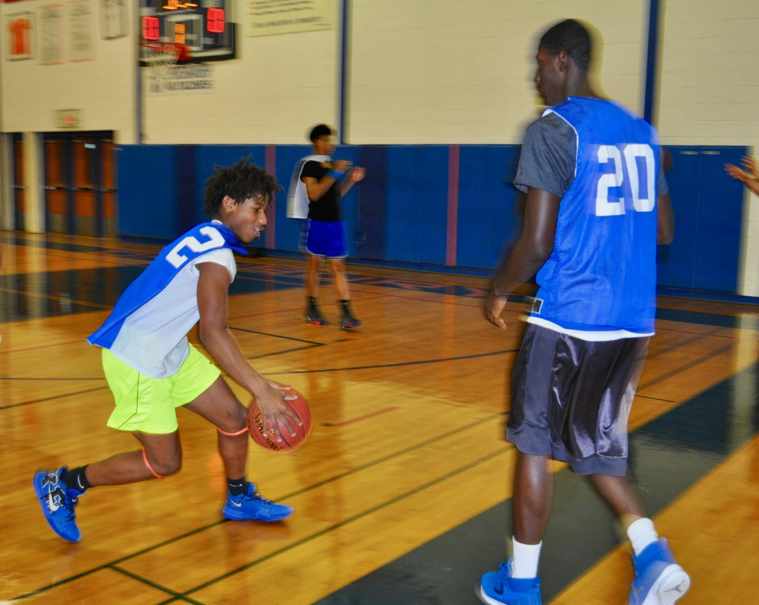 Artez Taft, varsity freshmen, and Jah Joyner, varsity junior, practice together.
