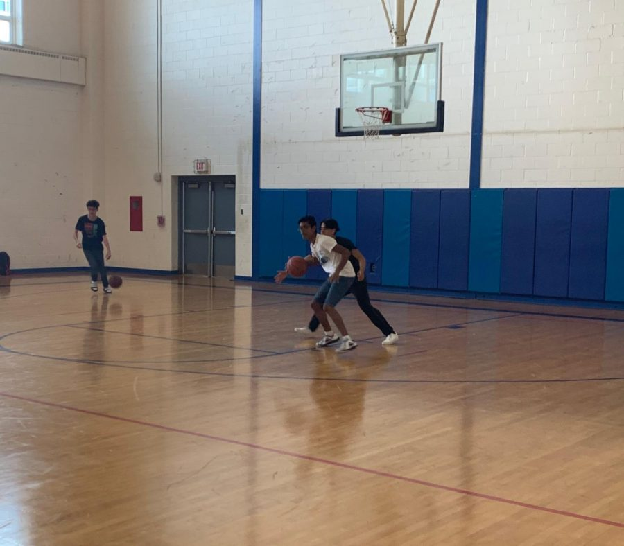 Students+playing+basketball+during+open+gym+FLEX+extension.
