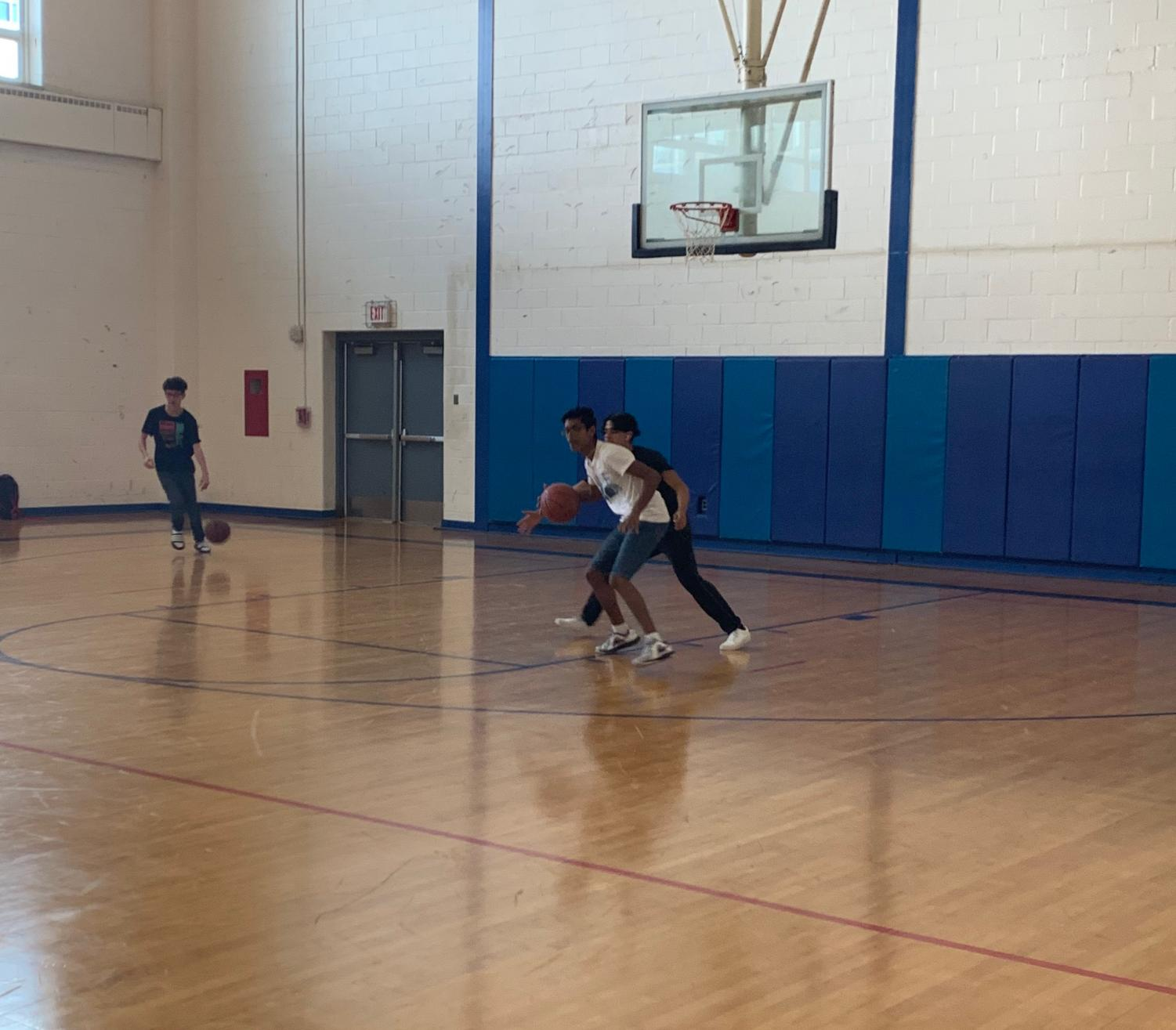 Students playing basketball during open gym FLEX extension.