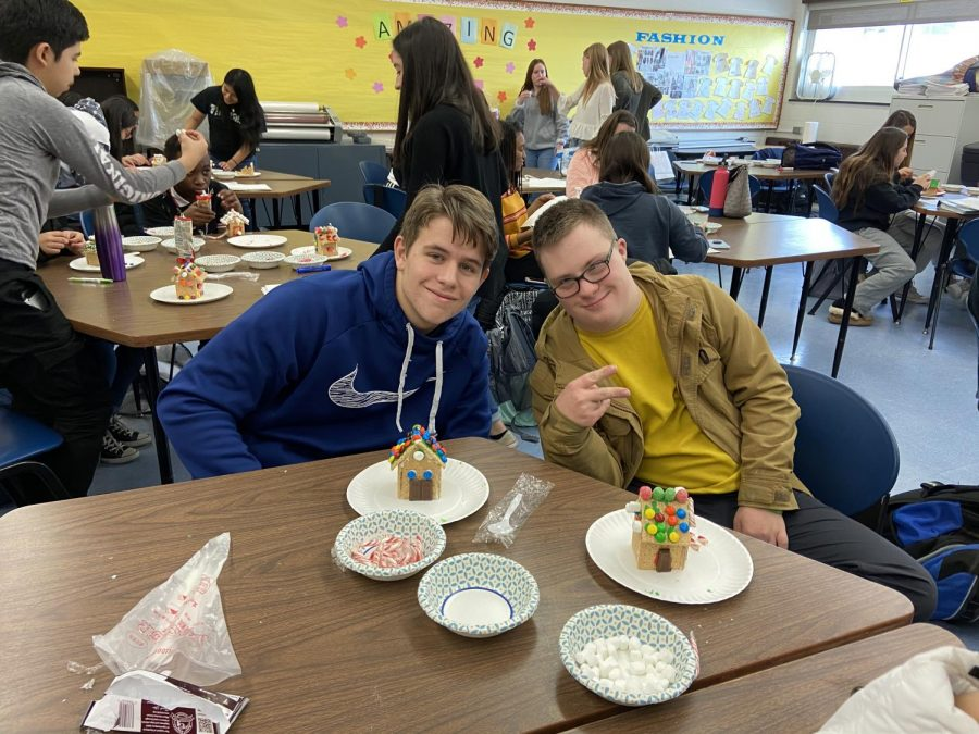 Peer Leadership class holds gingerbread house decorating Flex Extension.